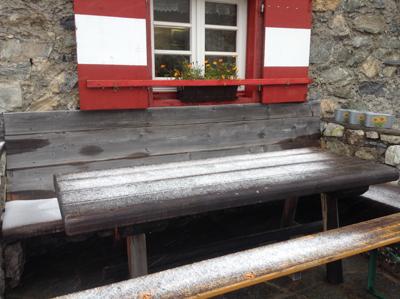 Erlanger Hütte im August im Schnee